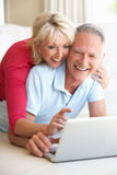 Pares mayores en su ordenador portátil Imagen de archivo libre de regalías
