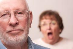 Pares mayores en un argumento fotografía de archivo