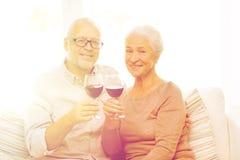 Pares mayores felices con los vidrios de vino rojo Imágenes de archivo libres de regalías