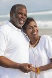 Pares mayores felices del afroamericano en la playa Imagen de archivo libre de regalías