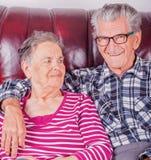 Pares mayores felices en amor en el retiro imagen de archivo
