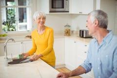 Pares mayores felices en cocina Foto de archivo