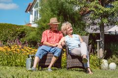 Pares mayores felices en el amor que se relaja junto en el jardín en a Fotografía de archivo libre de regalías