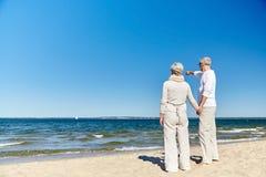 Pares mayores felices en la playa del verano Imágenes de archivo libres de regalías