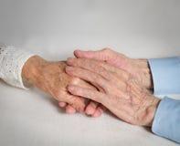 Pares mayores felices. Personas mayores que llevan a cabo las manos. Imagen de archivo