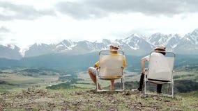 Pares mayores felices que caminan en la montaña metrajes