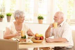 Pares mayores felices que desayunan Fotografía de archivo