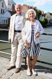 Pares mayores felices que hacen turismo en Europa Imagen de archivo libre de regalías