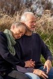 Pares mayores felices que relajan junta la sol Fotografía de archivo