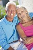 Pares mayores felices que sonríen afuera en sol Fotografía de archivo