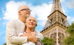 Pares mayores felices sobre la torre Eiffel de París fotos de archivo libres de regalías