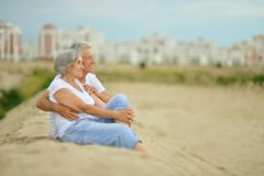 Pares mayores graciosamente en la playa Foto de archivo
