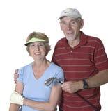 Pares mayores listos para el golf Imagenes de archivo