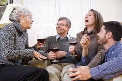Pares mayores, niños adultos que hablan y que beben Foto de archivo libre de regalías