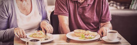 Pares mayores que almuerzan junto imagen de archivo