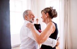 Pares mayores que asisten a la clase de baile en centro de la comunidad fotos de archivo
