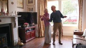 Pares mayores que bailan en casa almacen de metraje de vídeo