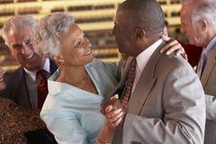 Pares mayores que bailan en un club nocturno Foto de archivo libre de regalías
