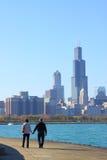 Pares mayores que caminan en Chicago Fotografía de archivo