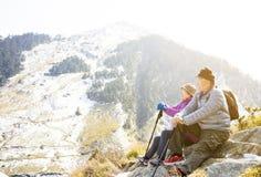 pares mayores que caminan en la montaña imágenes de archivo libres de regalías