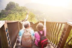 pares mayores que caminan en la montaña Foto de archivo