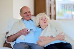 Pares mayores que descansan en casa Imagen de archivo libre de regalías