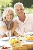 Pares mayores que disfrutan de la comida del fresco del al Foto de archivo libre de regalías