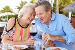 Pares mayores que disfrutan de la comida en restaurante al aire libre Imágenes de archivo libres de regalías
