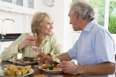 Pares mayores que disfrutan de la comida, mealtime junto Imagen de archivo libre de regalías