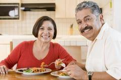 Pares mayores que disfrutan de la comida, mealtime junto Foto de archivo
