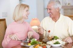 Pares mayores que disfrutan de la comida sana Imagen de archivo libre de regalías