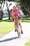 Pares mayores que disfrutan de paseo del ciclo imagenes de archivo