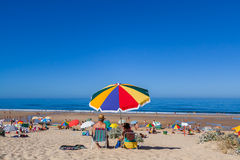 Pares mayores que disfrutan de un día en la playa de Fonte DA Telha en la costa de Costa da Caparica Imagen de archivo libre de regalías