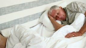 Pares mayores que duermen junto almacen de metraje de vídeo