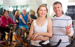 Pares mayores que ejercitan en gimnasio Imágenes de archivo libres de regalías
