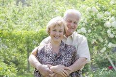 Pares mayores que gozan en parque Foto de archivo libre de regalías