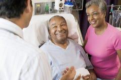 Pares mayores que hablan con el doctor foto de archivo libre de regalías