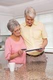 Pares mayores que hacen compras en línea con PC de la tableta Fotos de archivo libres de regalías