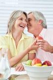 Pares mayores que ligan en el desayuno Fotografía de archivo