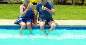 Pares mayores que obran recíprocamente con uno a mientras que comiendo jugo metrajes