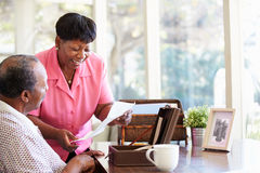 Pares mayores que ponen la letra en la caja del recuerdo Foto de archivo libre de regalías