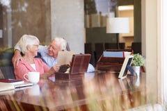 Pares mayores que ponen la letra en la caja del recuerdo Imagen de archivo libre de regalías