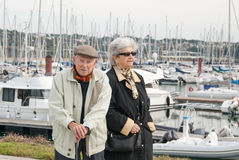 Pares mayores que recorren en el puerto Foto de archivo libre de regalías