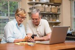 Pares mayores que resuelven sus cuentas Imagen de archivo libre de regalías