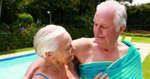Pares mayores que se besan en el poolside almacen de video