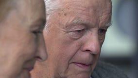 Pares mayores que se divierten en la comunicación con la familia en Internet en sala de estar cómoda metrajes