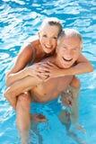Pares mayores que se divierten en piscina Fotografía de archivo libre de regalías