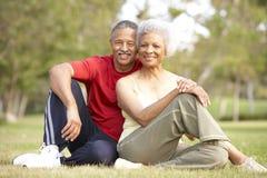 Pares mayores que se reclinan después de ejercicio Imágenes de archivo libres de regalías