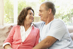 Pares mayores que se relajan en el país Imagen de archivo