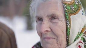 Pares mayores que se relajan en invierno en el parque Abuelo feliz y abuela que caminan junto almacen de video